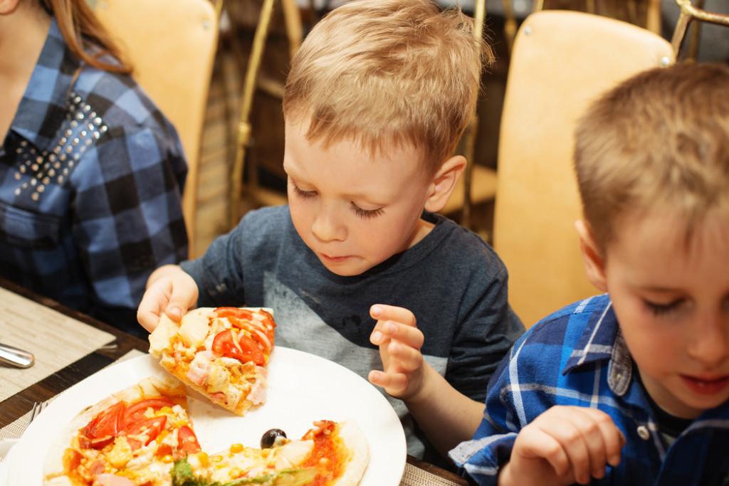 Skal du have børnene med ud og spise?
